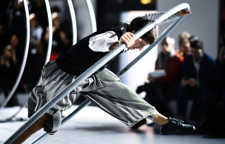 İzleyicilerine her seferinde farklı bir defile deneyimi sunan Issey Miyake, Erkek Sonbahar/Kış 2020 şovunda da kural bozmadı.
