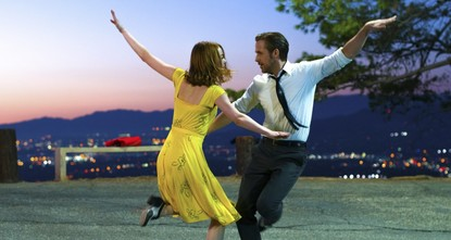 Whimsical modern-day musical La La Land pirouetted its way into major Oscars contention Sunday as it swept the board at the Golden Globes, the glitziest party of the showbiz year.br / br / Damien...