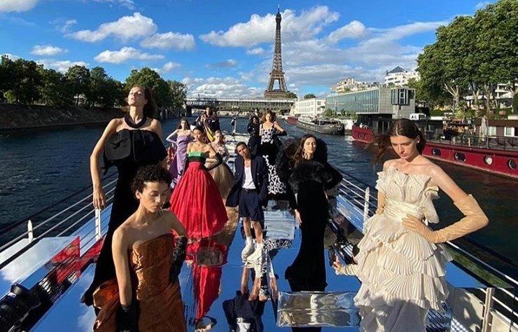 Balmain, 75. yıldönümünü kutlamak için haute couture defilesini Seine Nehri üzerinde gerçekleştirdi.