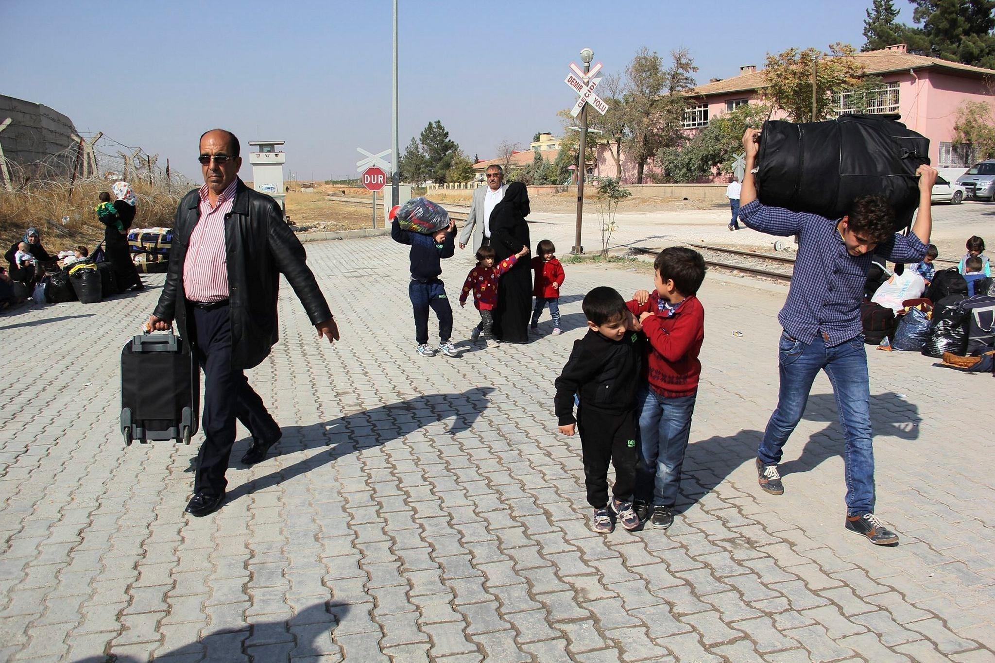 Syrians return to Jarablus from Gaziantepu2019s Karakamu0131u015f district after Turkey-backed Free Syrian Army (FSA) fighters liberated the city. (AA Photo)