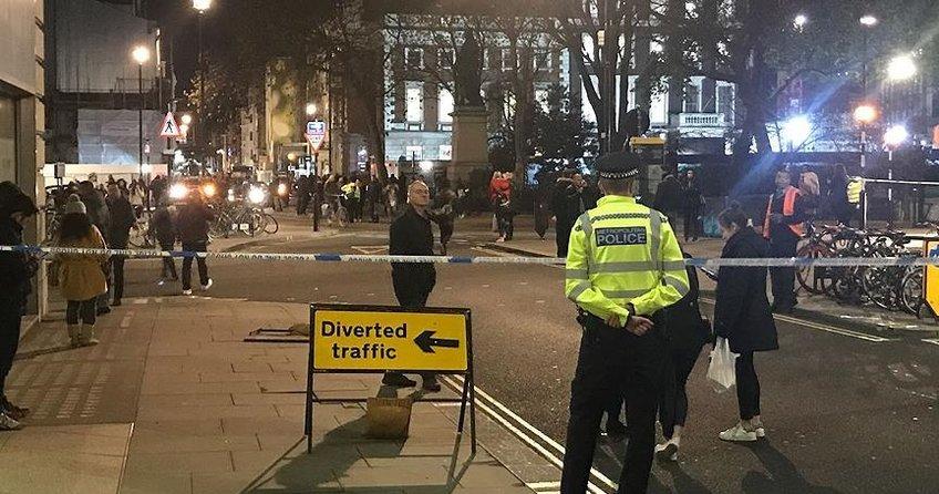 İngilterede bir araç cami önündeki yayalara çarpıp kaçtı