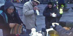 İsveçte Evsizlere Camide Gıda ve Giysi Yardımı Yapıldı