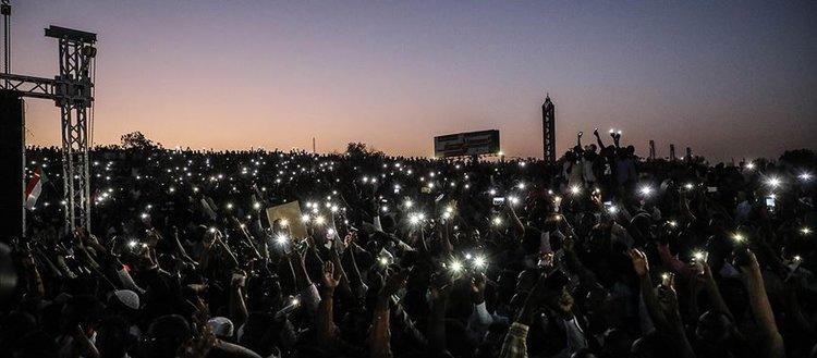 Sudan'da sivil yönetim talebiyle gece boyu gösteriler düzenlendi