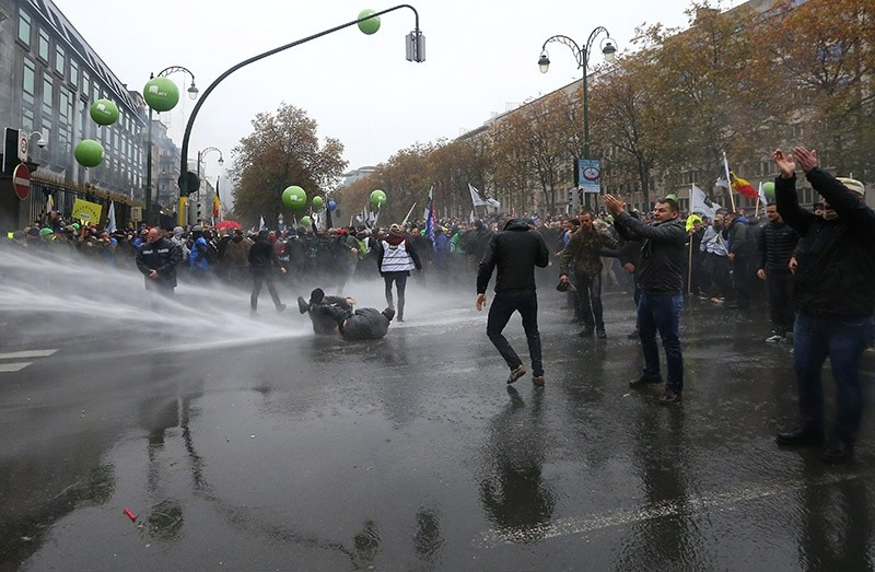 Police water cannon disperses demonstration organized by the Belgian military unions in Brussels to protest against a decision by the gov't to raise the retirement age. Nov. 15, 2016. (AFP Photo)
