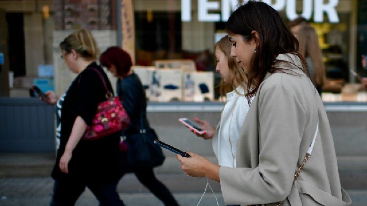 YÜRÜRKEN TELEFON KULLANIMINA KISITLAMA GETİRİLEBİLİR
