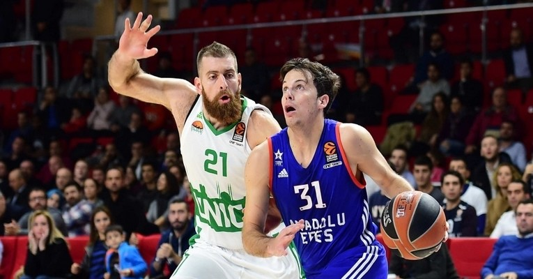 Thomas Heurtel starred with 24 points and 8 assists as Efes smashed its club record for assists with 34.