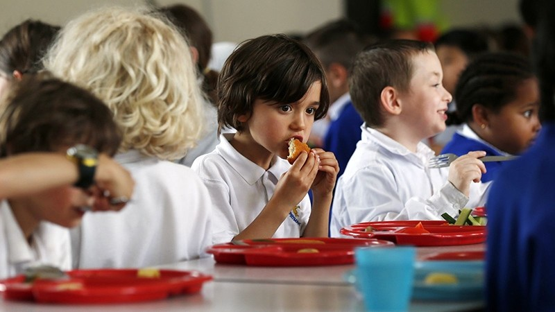 Students eat lunch at Salusbury Primary School in northwest London June 11, 2014 (Reuters Photo)