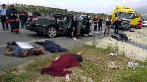 Otomobil, TIR ile çarpıştı: 5 ölü