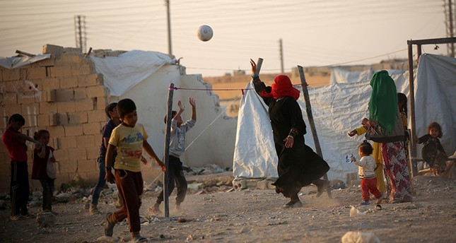 Displaced Iraqis who fled fighting in the Mosul area play volleyball at a camp for internally displaced people on October 17, 2016 in the northeastern town of al-Hol in Syria's Hasakeh province. (AFP Photo)