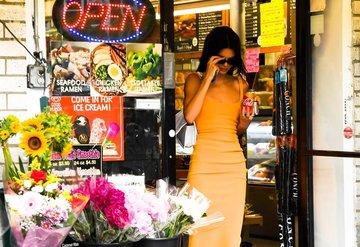 Kendall Jenner sokağı podyuma çevirdi