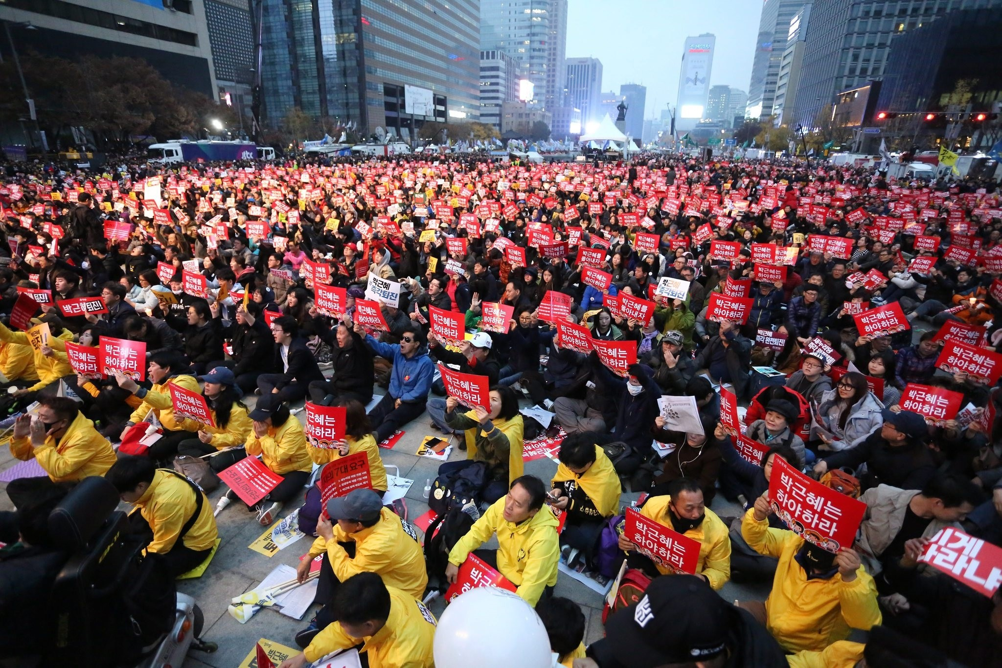 South Koreans shout slogans as they carry placards reading 'Park Geun-Hye Out' during a rally against South Korean President Park Geun-Hye on a main street in Seoul, 19 Nov. 2016. (EPA Photo)