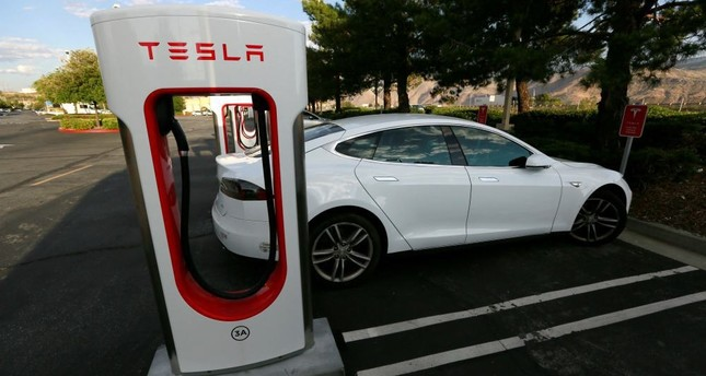 Speedy new Tesla boasts range topping 300 miles - Daily Sabah