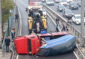 E-5'te kamyonet kazası: Yan yol trafiğe kapandı