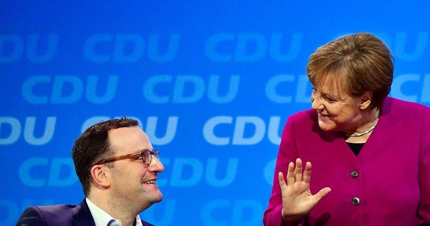 Merkel bir muhalifini daha susturdu
