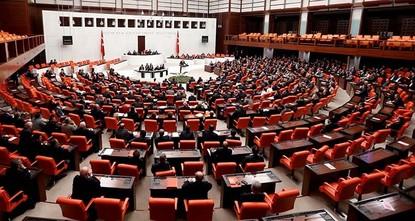 وافقت الجمعية العامة في البرلمان التركي، فجر اليوم الأحد، بالتصويت الأول على المادتين الـ 15 والـ 16 من مقترح تعديل الدستور في البلاد.  وجرى التصويت على المادة الـ 15 المتعلقة بالميزانية...