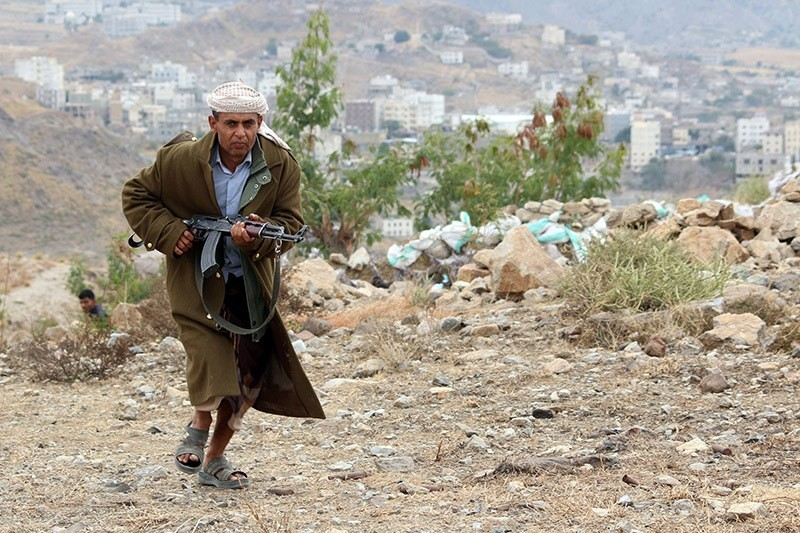 A Yemeni tribesman from the Popular Resistance Committee, supporting forces loyal to Yemeni President Abedrabbo Mansour Hadi, in Taez, Yemen on Dec. 19, 2016. (AFP Photo)