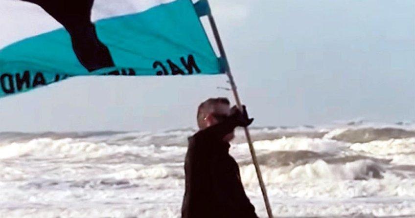 Irkçılar sahillerde mülteci avına çıktı