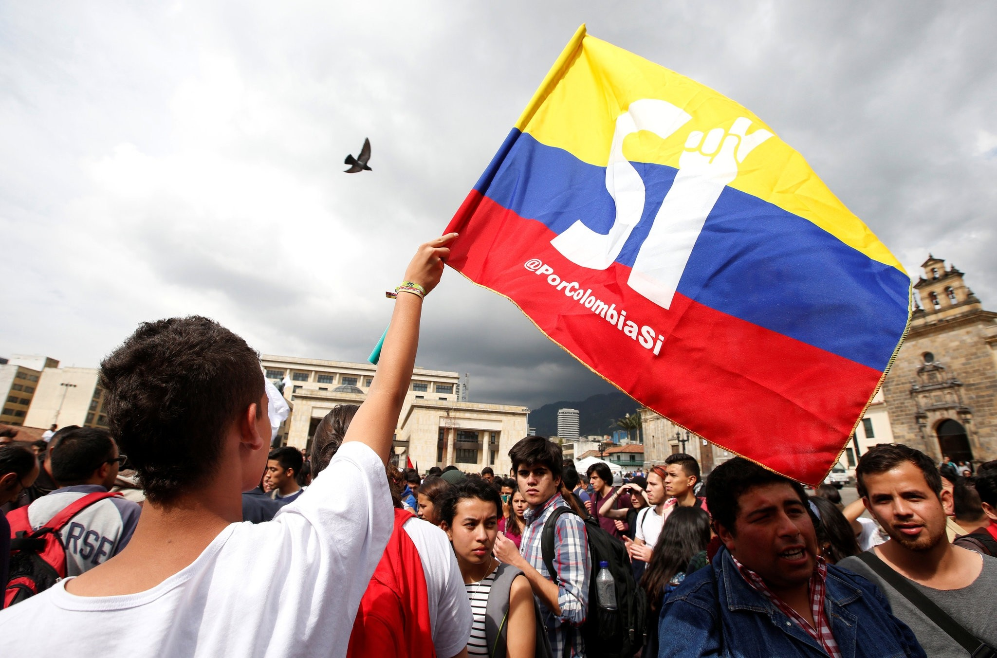 University students and supporters of the peace deal signed between the government and Revolutionary Armed Forces of Colombia (FARC) guerillas display a flag during a rally in front of Congress in Bogota, Colombia Oct. 3, 2016. (REUTERS Photo)