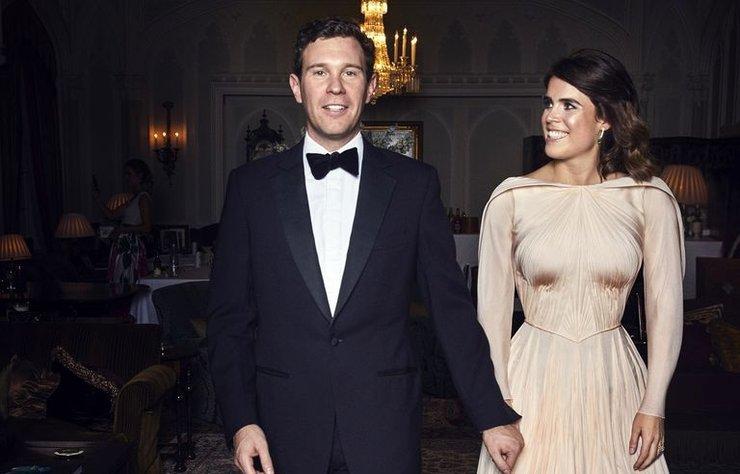 İş adamı Jask Brooksbank ile ekim ayında dünyaevine giren Prenses Eugenie'nin düğün sonrası tercih ettiği resepsiyon elbisesi Zac Posen imzalıydı. Tasarımcı elbisenin başka bir fotoğrafını daha paylaştı...