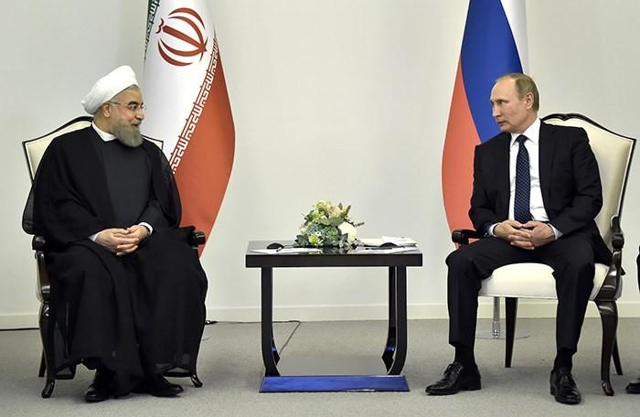 Russian President Vladimir Putin, right, meets with Iranian President Hassan Rouhani in Baku, Azerbaijan on Monday, Aug. 8, 2016 (AP Photo)