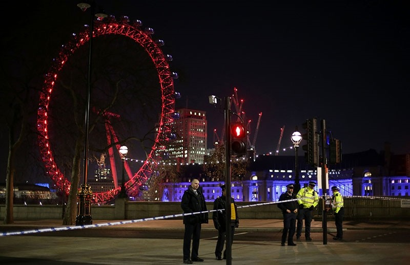 Police officers stand on duty near the cordoned-off Victoria Embankment in London on January 19, 2017, following the discovery of a suspected World War II bomb in the River. (AFP Photo)