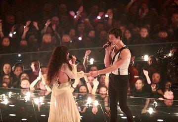 Shawn Mendes ve Camila Cabello'dan romantik performans