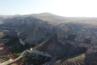 يجذب وادي لفنت، في ولاية ملاطية، وسط الأناضول التركي، عدداً كبيراً من السياح المحليين والأجانب، بتشكيلاته الصخرية التي تعود إلى ملايين السنين، وبمغاراته الفريدة، ويشبهه البعض بالأخدود العظيم في...