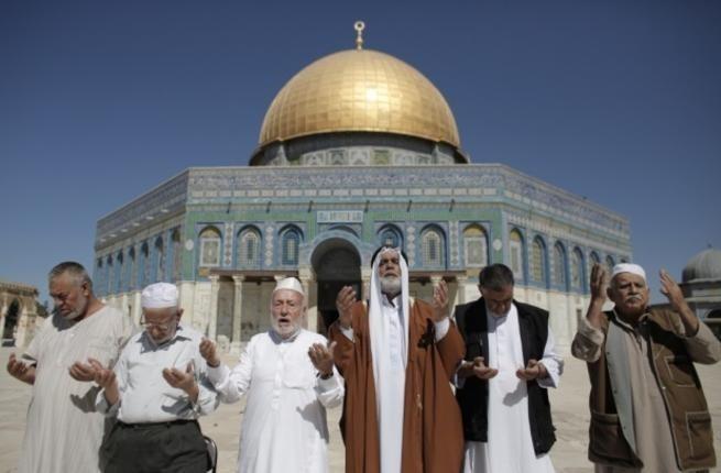 Gazans praying at Al-Aqsa mosque. (AFP Photo)