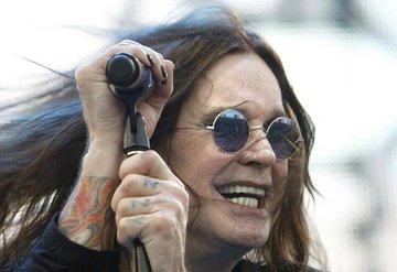 Parkinson'a yakalanan Ozzy Osbourne bu kez bastonla