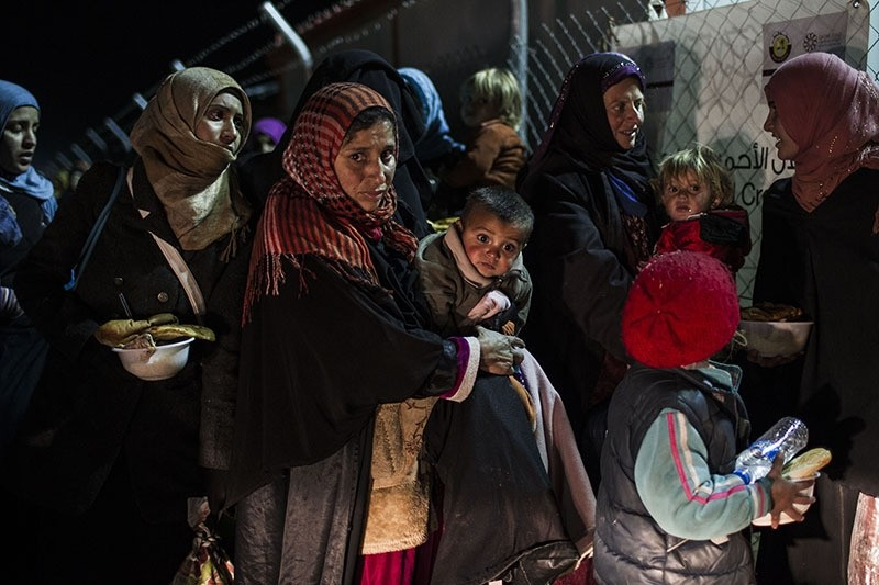 Iraqi women and children from the embattled city of Mosul arrive at the Sewdinan camp for internally displaced persons. (AFP Archive Photo)