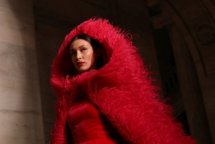 Bella Hadid'in dikkat çeken Oscar de la Renta stili