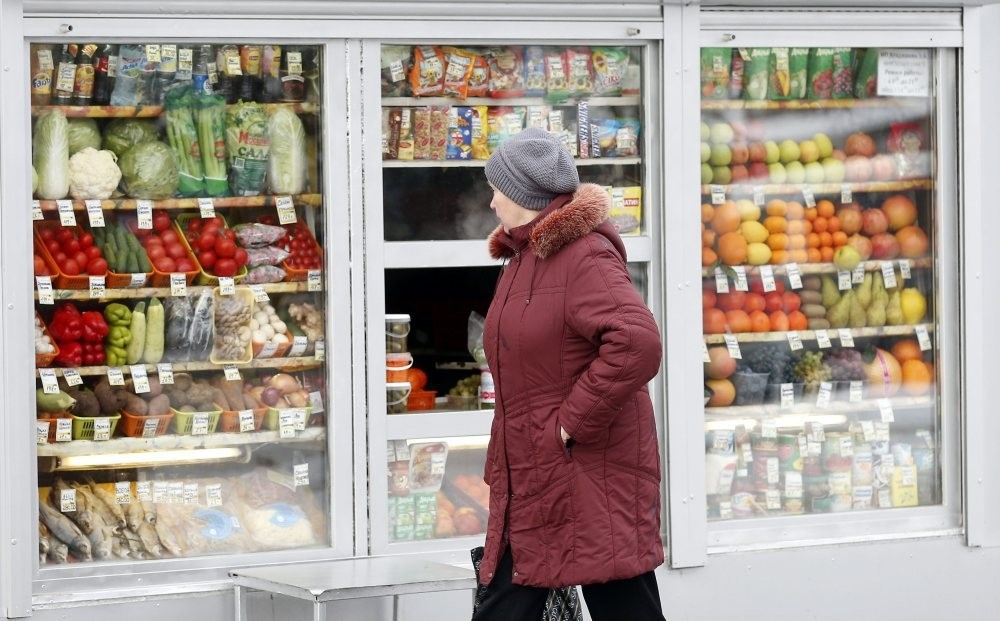 A Russian woman peers through window to view Turkish fruits and vegetables, which were banned after jet crisis, at a street side market in Moscow. Ankara and Moscow seek to fasten the normalization process as Prime Minister Yu0131ldu0131ru0131m visits Russia.