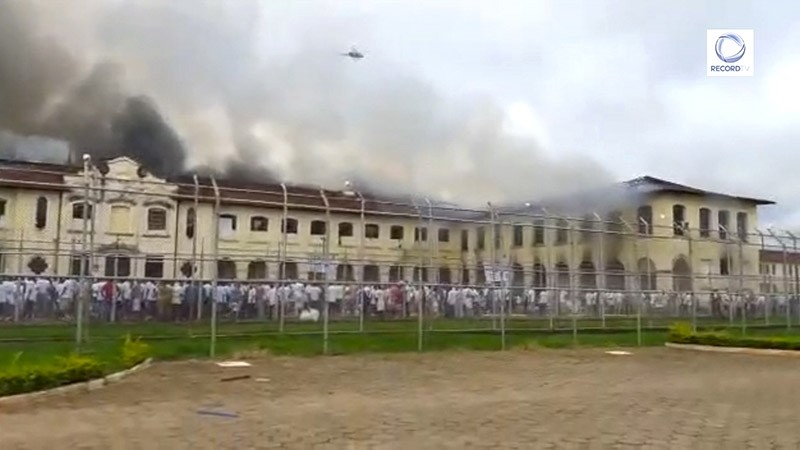 Video grab released by Record TV showing smoke billowing from Bauru's Penitentiary Progression Center (CPP3), 330 km from Sao Paulo, Brazil, on Jan. 24, 2017. (AFP Photo)