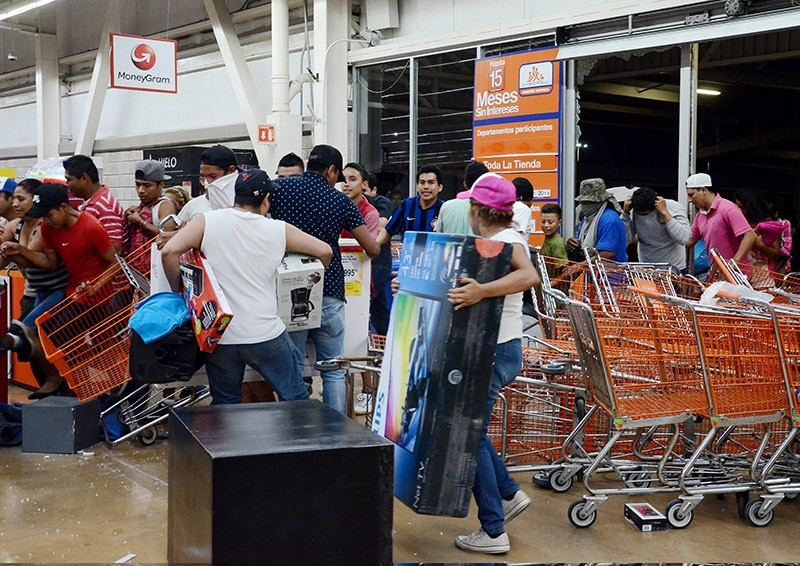 Dozens of people loot shops during an alleged protest against the increase in the gas prices, in the port of Veracruz, Mexico on Jan. 4, 2017. (EPA Photo)