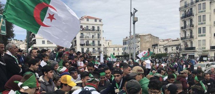 Cezayir'de Buteflika'nın istifasının ardından gösteriler sürüyor