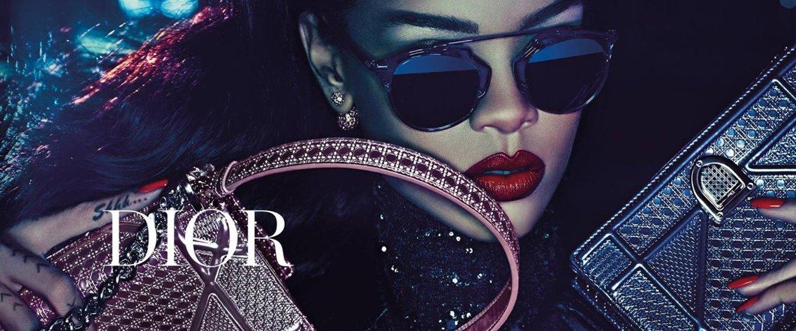 Hala bir kreatif direktörü bulunmayan Dior, farklı isimlerle işbirliği yapmaya devam ediyor. Hatta, Dior için tasarım yapan en yeni ismi çok iyi tanıyorsunuz: Rihanna!