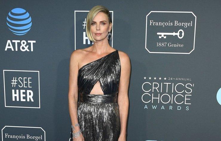 Dior J'adore parfüm yüzü Charlize Theron, 43 yaşındaki oyuncu Charlize Theron, düzenli olarak cilt bakımı ve egzersiz yapıyor.