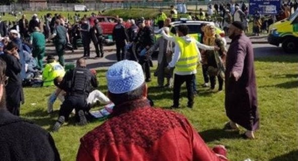 İngiltere'de bir araç bayramlaşan kalabalığın arasına daldı