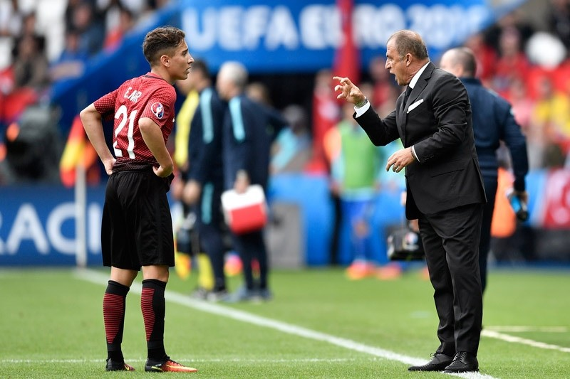 Turkey coach Fatih Terim, right, talks to 18-year-old player Emre Mor during the Euro 2016 Group D soccer match between Turkey and Croatia at the Parc des Princes stadium in Paris, France, Sunday, June 12, 2016. (AP Photo)