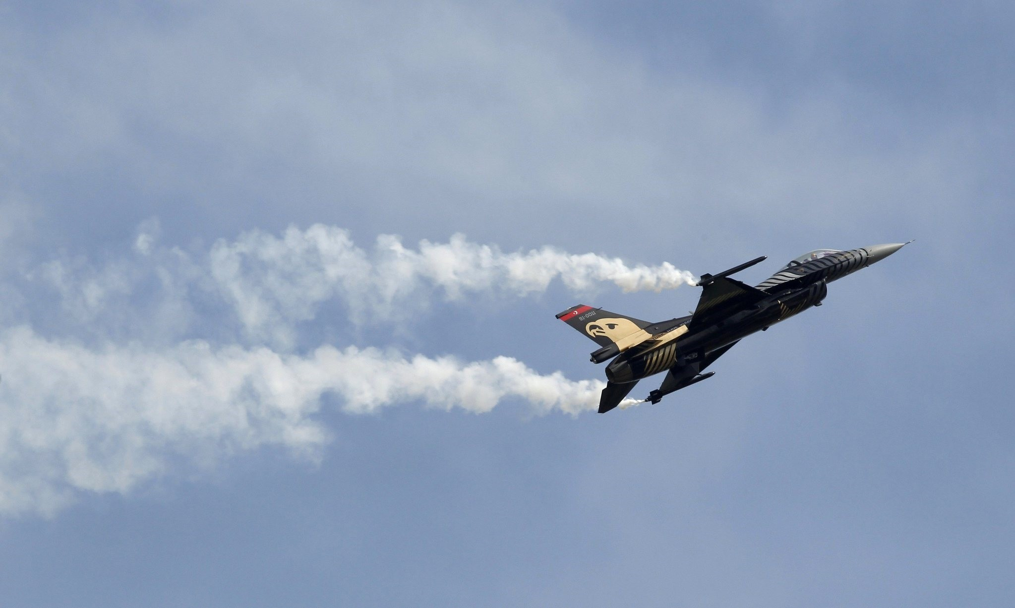 A F-16 Solo Display Team performs over the Akinci Millitary Air Base during an event as part of celebrations of the 100th anniversary of the Turkish Air Force in Ankara April 15, 2011. (REUTERS Photo)