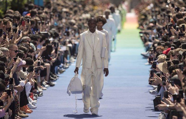 """""""Virgil Abloh'un ilk Louis Vuitton koleksiyonu"""" haberi için lütfen..."""