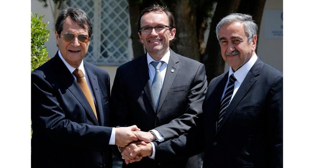 Greek Cypriot leader Nicos Anastasiades (L), UN Cyprus envoy Espen Barth Eide (C) and Turkish Cypriot President Mustafa Aku0131ncu0131