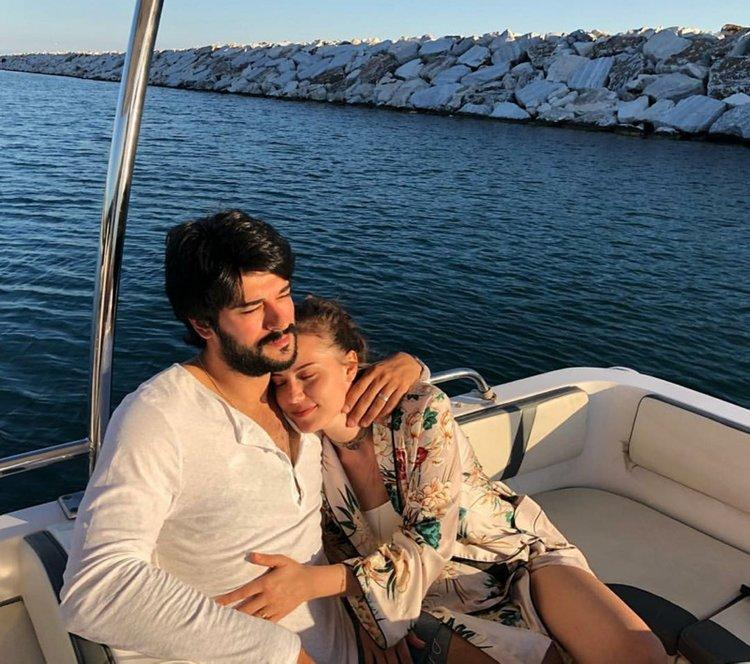 Burak Özçivit ve Fahriye Evcen'den mutlu aile pozu
