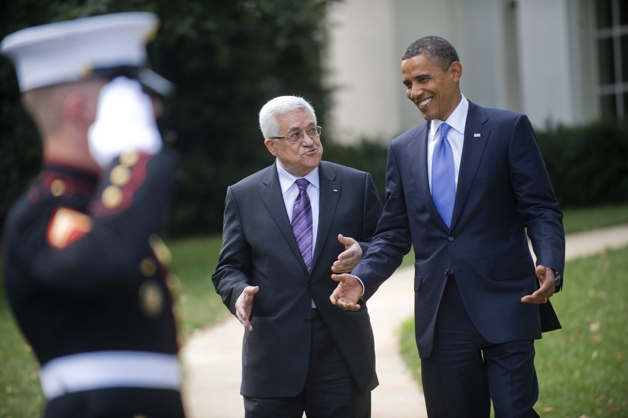 US President Barack Obama (R) talks with Palestinian Authority President Mahmoud Abbas (C), after a meeting in the Oval Office of the White House in Washington, DC, USA. (EPA Photo)