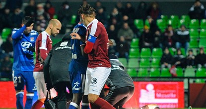 pSaturday's Ligue 1 match between Metz and Lyon was abandoned with only 30 minutes played after home supporters threw firecrackers at visiting goalkeeper Anthony Lopes./p