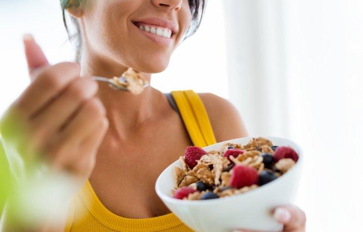 Özellikle diyet zamanlarında çok fazla hissedilen açlık hissinin yerini tokluk hissi ile doldurmayı istemez misiniz? Beslenme alışkanlıklarında yapacağınız bazı değişiklikler ile uzun saatler boyunca tok kalabilirsiniz.